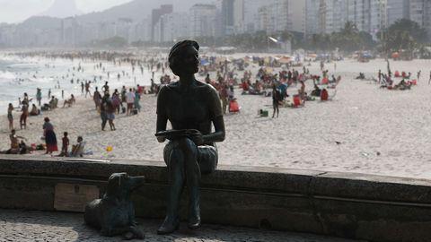 Estatua de Clarice Lispector en el paseo de la playa de Leme en Río de Janeiro