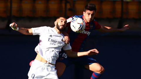 Benzema y Postigo, en un lance del Levante-Real Madrid