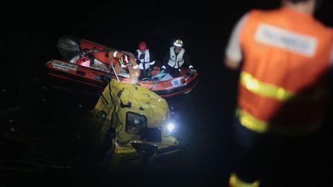 Los bomberos tuvieron que usar una lancha para rescatar el cuerpo del camionero, atrapado en la cabina dentro del agua