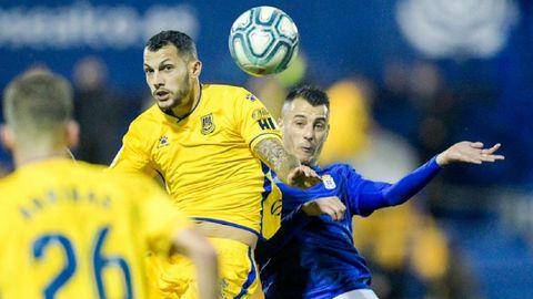 Stoichkov disputa un balón con Tejera en el Alcorcón-Oviedo
