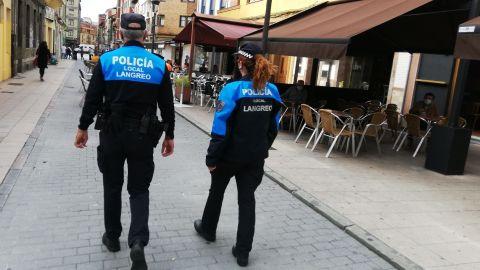 Policía Local Langreo.Dos policías locales patrullan entre las terrazas de la calle Celestino Cabeza, en la zona peatonal del centro del distrito de La Felguera