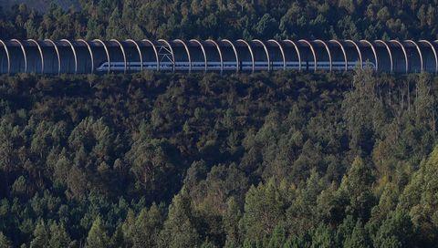 Un tren circulando por la línea de alta velocidad Santiago-Ourense, por el túnel que protege las vías de las voladuras de la mina de Serrabal