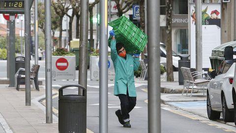 Un repartidor de alimentación, por las calles de Pontevedra