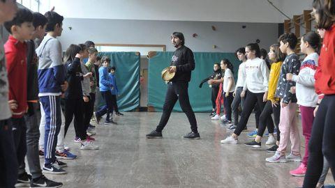 Imagen de archivo de una clase de baile gallego durante la hora de educación física en un instituto