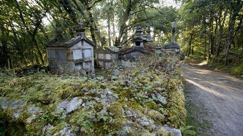 El singular cementerio de la iglesia de Soutomerille, a pie del Camino Primitivo
