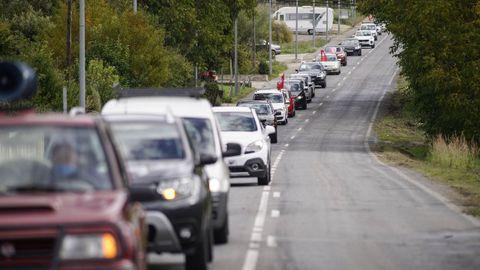 Protesta con coches en O Barco contra la decisión de cerrar la venta presencial de billetes en varias estaciones