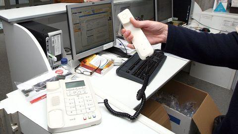 Foto de archivo de un teléfono en un centro de salud