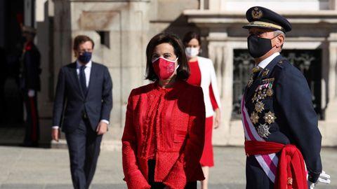 Margarita Robles, ministra de Defensa, acompañada por el JEMAD en el acto oficial del 12 de octubre