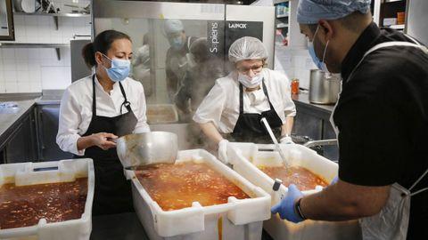 La dureza de la segunda ola se notó también en los comedores de Cáritas como el de Ourense,  que empezó a servir alrededor de 400 menús diarios