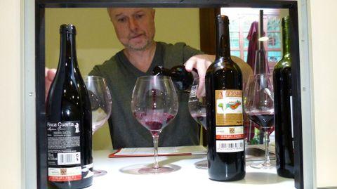 El director de Lavinia España, en una cata de vinos en el consejo regulador de Ribeira Sacra