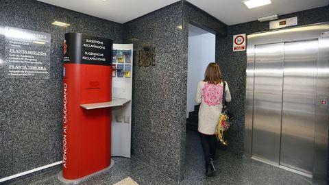 Foto de archivo del vestíbulo de los juzgados viveirenses, con el ascensor y las escaleras, único acceso a la entreplanta