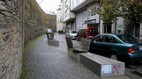 Vía Romana. «Colocar bancos non abonda para que a xente os utilice, como por exemplo esta rúa «humanizada» ao pé da Muralla.
