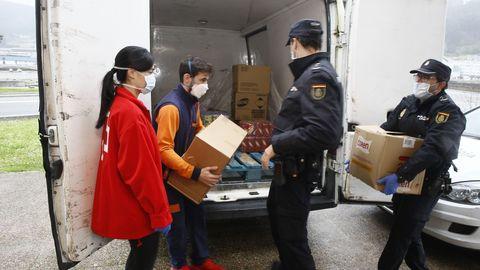 Imagen de archivo de un reparto de alimentos en Viveiro con Cruz Roja y Policía Nacional