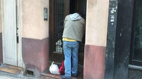 César, okupa americano, saliendo del edificio número 19 de la calle Doctor Fleming