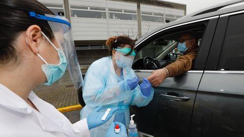 Imagen de archivo de un test de coronavirus realizado en el centro de salud de Viveiro el pasado abril, semanas después del inicio de la pandemia