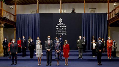 Los reyes Felipe VI y Letizia y su hijas la princesa Leonor y la infanta Sofía posan en una foto de grupo con los galardonados con los premios Princesa de Asturias