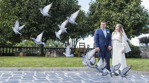 Ángela y Borja, en la suelta de palomas que realizó el padre de la novia, colombófilo, al finalizar la ceremonia en el jardín de su casa