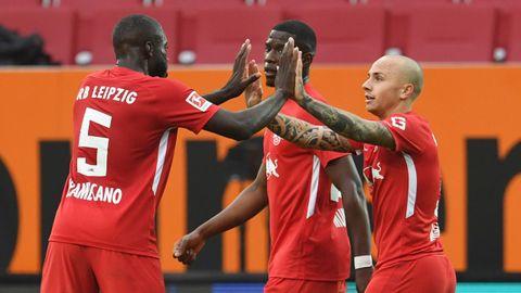 Los jugadores del Leipzig felicitan a Angeliño por su gol