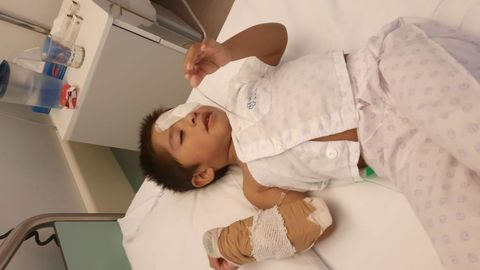 El pequeño, de tres años, está ingresado en el Clínico de Santiago. La imagen ha sido cedida por la familia