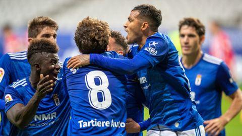 Los futbolistas del Real Oviedo celebran el gol de Tejera ante el Sporting en el derbi