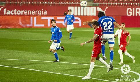 Leschuk Bueno Borja Sanchez Girona Real Oviedo Montilivi.Blanco Leschuk pugna por un balón aéreo con Bueno