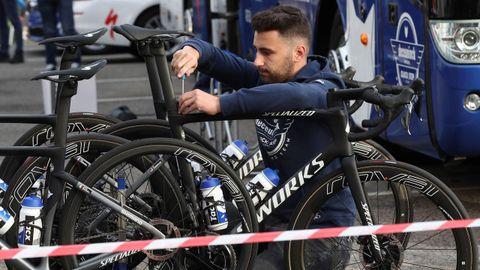 Los mecánicos del equipo Quick Step ponen a punto las bicicletas este lunes