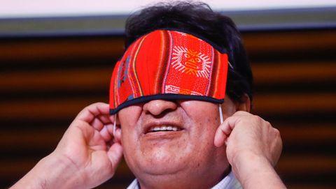 Evo Morales se pone la mascarilla tras una reuda de prensa en Buenos Aires para comentar los resultados electorales