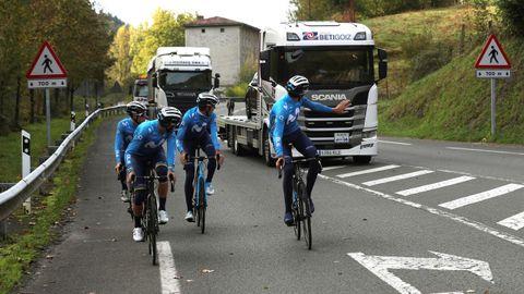 Los ciclistas del equipo Movistar estuvieron realizando un recorrido de reconocimiento por las carreteras por las que arrancará la Vuelta