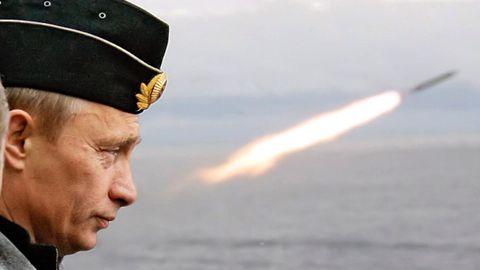 Putin observa el lanzamiento de un misil durante los ejercicios navales en el norte del Ártico hace dos años
