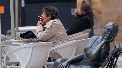 Varias personas en una terraza de Oviedo