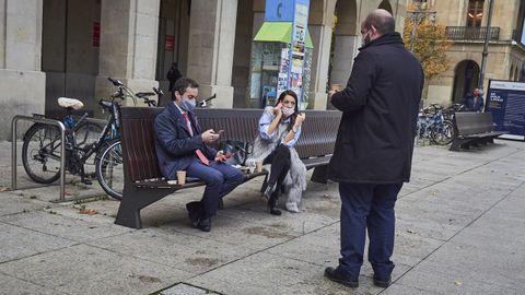 Tres personas se toman un café en la calle en Navarra