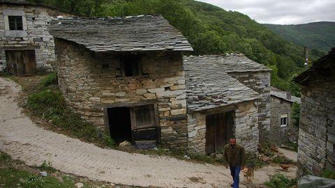 Céramo (Período Cámbrico). En la arquitectura tradicional de esta aldea de la parroquia de Visuña —perteneciente al municipio de Folgoso do Courel— predominan las rocas calizas formadas durante el Cámbrico, un período geológico que se desarrolló entre hace 541 y 485 millones de años