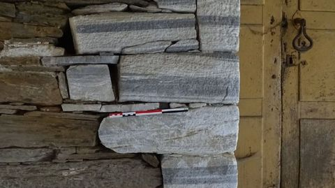 Seceda (Período Devónico). Llamativas piedras calizas del Devónico —entre hace 416 y 359 millones de años— en una construcción de esta aldea de O Courel