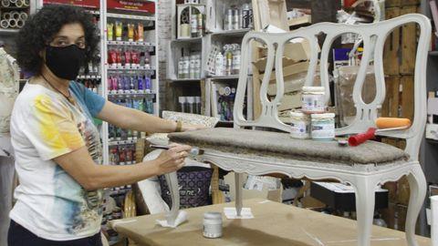 Pita, restaurando un banco en su tienda de decoración y manualidades en la avenida de Oza.