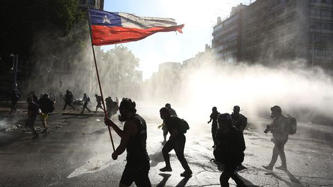 El viernes se produjeron choques entre los antidisturbios y los manifestantes que salieron a las calles de Santiago de Chile, desafiando el silencio electoral previo al plebiscito