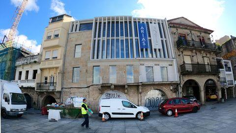 Sede la Universidad. Está en O Berbés y afronta la recta final. El acabado de la fachada ha  generado polémica vecinal