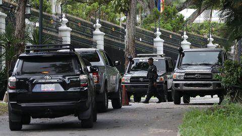 Agentes del Servicio Bolivariano de Inteligencia Nacional rodean la casa del embajador de España en Caracas, donde estuvo de huesped Leopoldo López