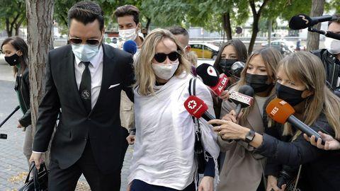 La esposa del productor televisivo y miembro del grupo musical La Trinca, Josep Maria Mainat, Angela Dobrowolski, acompañada por su abogado Jorge Albertini (i), se dirigen hacia la Ciudad de la Justicia, en donde esta mañana compareció ante el juez por segunda vez en calidad de imputada, acusada de intentar matar a su marido inyectándole insulina