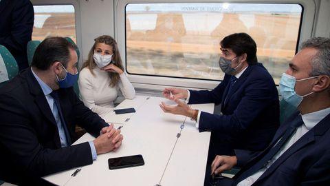 El ministro de Transportes y la Ministra de Trabajo recorriendo en tren el tramo entre Zamora y Pedralba en la mañana del lunes
