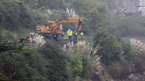 Obras del ADIF para asentar la vía en la zona del derrumbe, en As Xubias, A Coruña