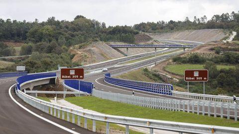 Único tramo finalizado de la A-56, en Carballedo