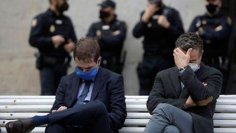 El presidente de Alcoa en España, Álvaro Dorado, a la izquierda, aguarda a que comience la vista en el Tribunal Superior de Xustixa de Galicia, en A Coruña