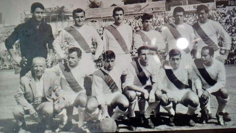 Romasanta, el del medio de los agachados, durante su temporada como jugador del Rayo Vallecano