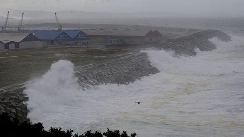 Temporal de mar en el puerto exterior de punta Langosteira.