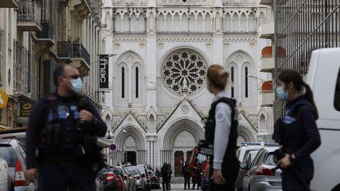 Agentes de policía delante de la basílica de Notre Dame en Niza