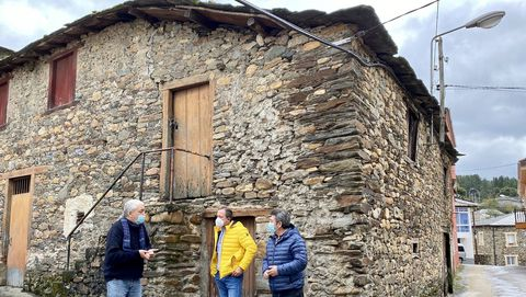 El alcalde José Luis Maceda (de amarillo) visitó el edificio donde se construirá el albergue