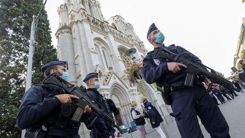 La policia vigilan la entrada de la iglesia de Notre Dame en Niza