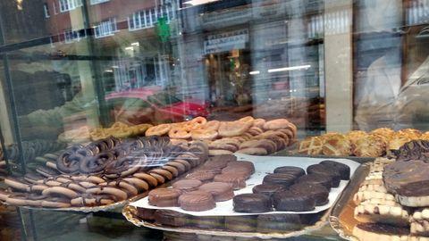 Escaparate de Camilo de Blas, que se fundó como fábrica de chocolate en 1914 en el mismo lugar donde sigue, la calle Jovellanos de Oviedo