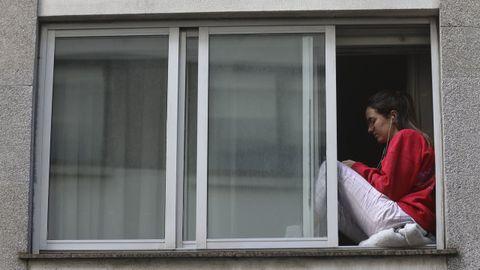 Una chica, durante el primer confinamiento en el mes de abril, en Santiago