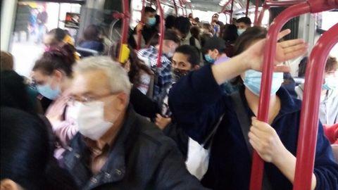 Un autobús de la línea 14, a mediodía de ayer, coincidiendo con la salida masiva de ciudadanos tras el cierre perimetral de la ciudad. El transporte público «en ningún caso supera el 50 % de su capacidad, en cumplimiento de la norma anticovid», afirma la Compañía de Tranvías